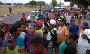 Venezuelanos formam fila da fome ao alguém oferecer comida em Roraima