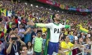 Torcida brasileira cria identidade na Rússia com verde e amarelo e música