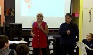 Estudantes ensinam espanhol e cultura boliviana na escola