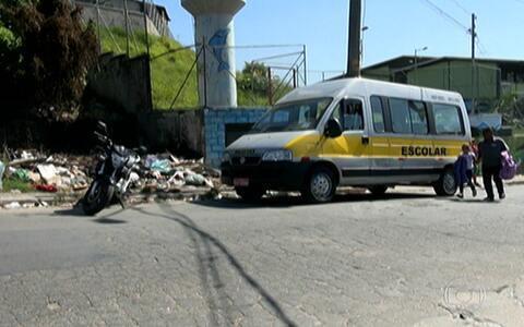Terreno próximo a escola vira lixão irregular (Lixo em terreno prejudica alunos de escola estadual em Carapicuíba (editar título))