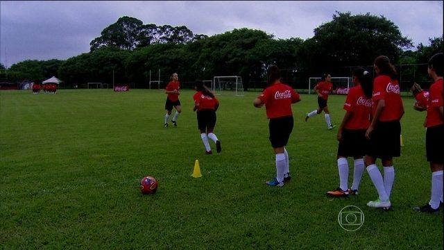 Jovens participam de treinamento para serem gandulas na Copa do Mundo no Brasil