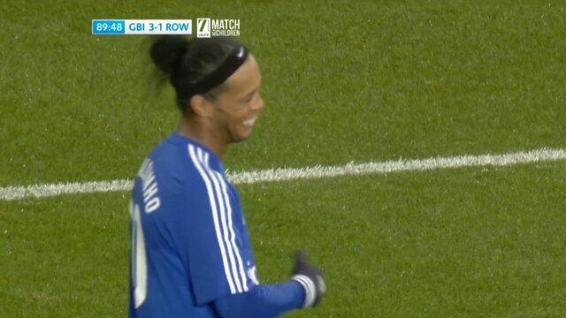 Em amistoso, Ronaldinho Gaúcho tenta repetir gol histórico contra goleiro David Seaman