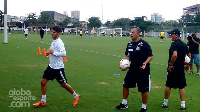 BLOG: Em recuperação, Patito treina com bonecos infláveis do Santos; assista
