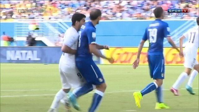 Relembre a mordida de Luis Suárez em Chiellini na Copa do Mundo de 2014
