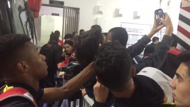 David Neres é assediado pela torcida após gol pelo São Paulo