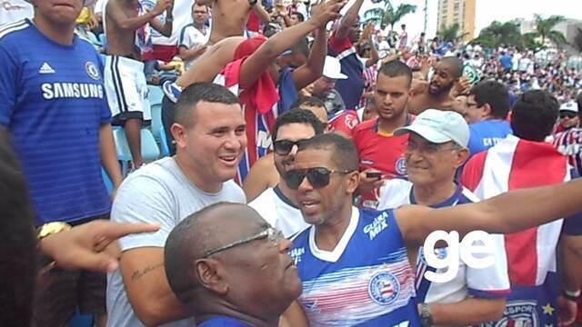Ex-atleta do Bahia, atacante Nonato é festejado pela torcida tricolor após acesso