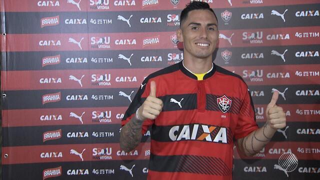Vitória apresenta atacante chileno como novo jogador