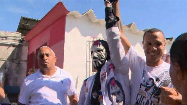 Torcida do Vasco faz festa no desembarque de Luis Fabiano