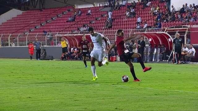 Lucas Veríssimo derruba Igor na entrada da área do Santos, aos 11' do 2º tempo