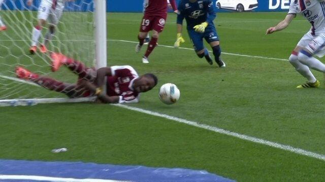 Mandjeck, do Metz, perde gol incrível e acaba se chocando com a trave