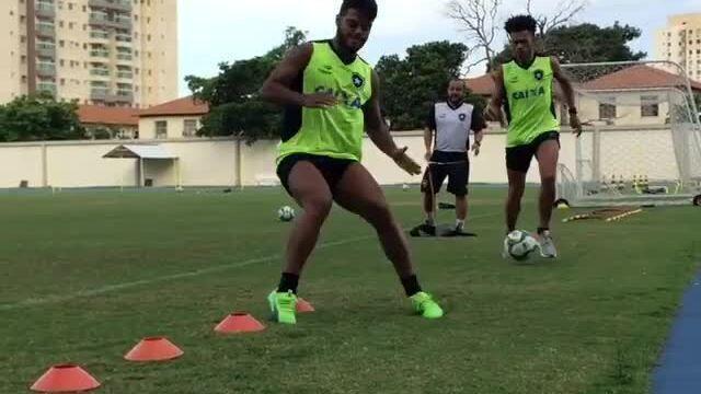 Luís Ricardo e Leandrinho realizam trabalho físico em dia de reapresentação do Botafogo