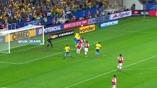 Neymar cobra falta, e Thiago Silva cabeceia pra fora, aos 36' do 2º tempo