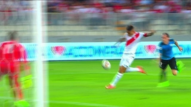 Gol do Peru! Cueva lança Guerrero que ganha de Godín e bate forte aos 33 do 1º tempo