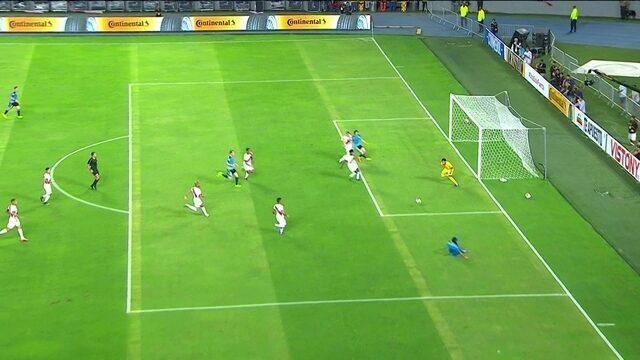Suárez cruza e Cavani não consegue empurar a bola para as redes aos 38 do 1º tempo