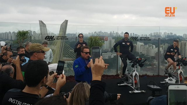 "Amante de pedal, Arnold para treino ""cycling in the air"""