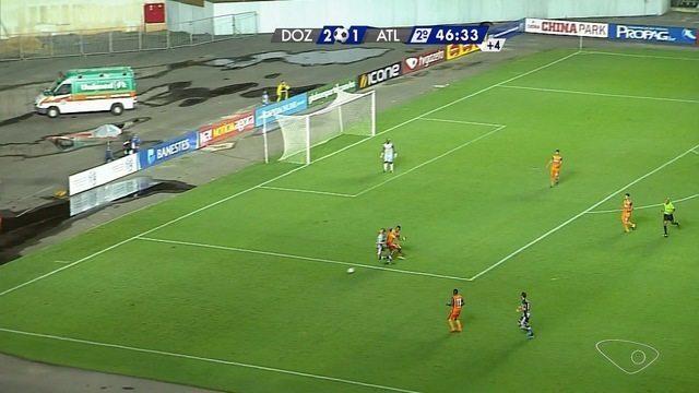 Pênalti! Luan Paraná é derrubado na área e o árbitro marca a penalidade para o Galo