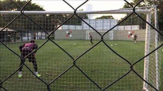Goleiros do São Paulo fazem disputa divertida em treino no CT