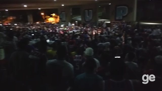 Torcida do Bahia faz festa do lado de fora da Arena Fonte Nova antes de partida