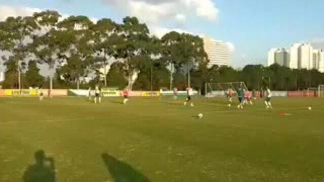 Michel Bastos marca um golaço de fora da área no treino