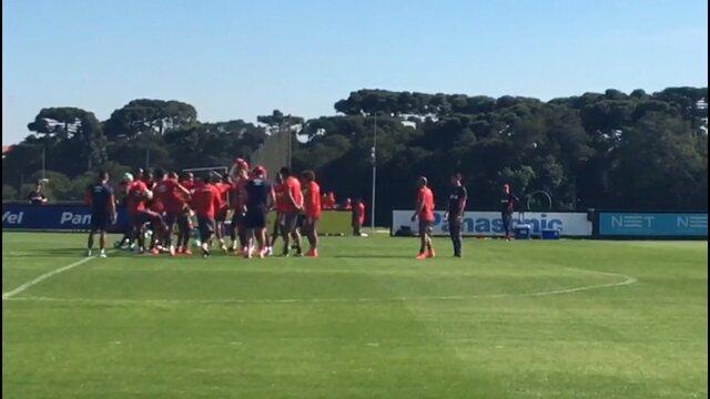"""Na volta ao Atlético-PR, atacante Éderson passa pelo """"corredor polonês"""""""