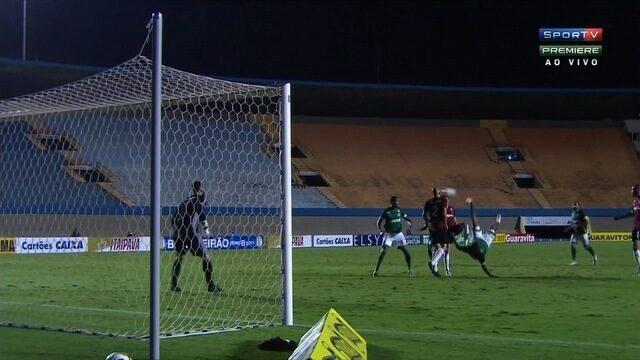 Patrick arrisca bicicleta e leva perigo ao gol do Brasil, aos 43 minutos!