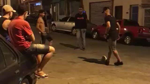 Gabriel Jesus joga bola na rua no Jardim Peri e ainda dá caneta em amigo