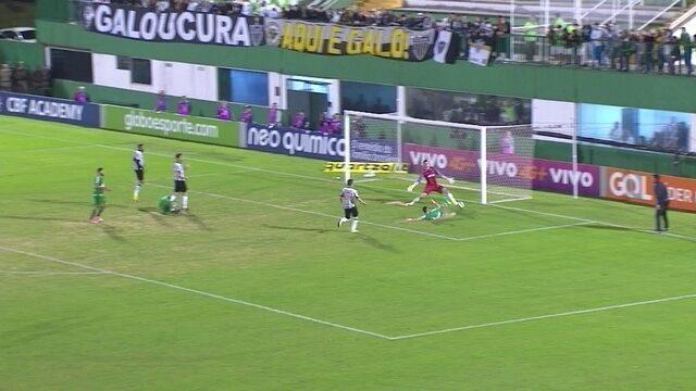 Reinaldo cruza forte, Rossi chega de carrinho, mas não alcança a bola, aos 34' do 2º Tempo