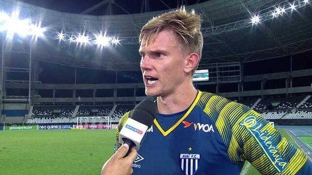 """""""Muito feliz"""", fala Douglas sobre jogar após longo período de lesões"""