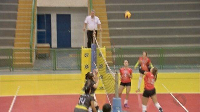 Sem importar com a idade, mulheres jogam vôlei em Mato Grosso