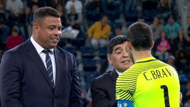 Claudio Bravo é eleito melhor goleiro da Copa das Confederações e recebe afago de Maradona