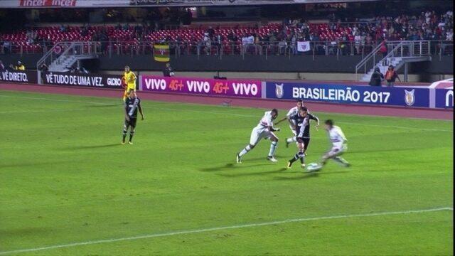 """Fez o que quis: Paulinho, do vasco, é o """"abusado"""" da rodada com bela jogada"""