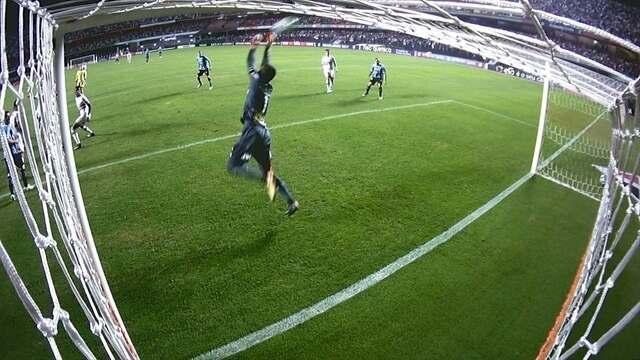 Renan Ribeiro! Fernandinho bate de primeira, e goleiro faz grande defesa, aos 35' do 2º T