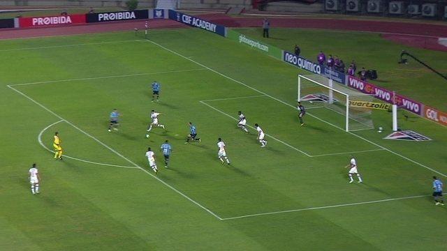 Ramiro chuta com desvio e quase marca o segundo do Grêmio, aos 36' do 2º T