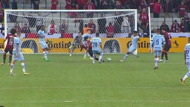 Pablo experimenta pro gol, a bola desvia e vai pra fora, aos 43'do 2º tempo