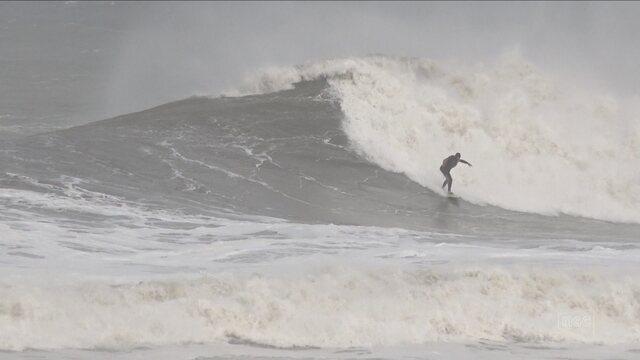 Surfistas aproveitam ondas grandes no Sul de SC