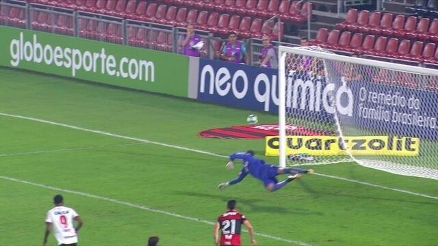"""Diego Alves espalma bola venenosa de Walter e é eleito o """"vilão"""" da 21ª rodada"""