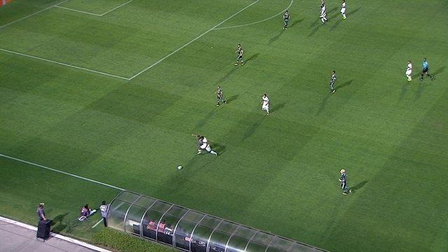 Deyverson acompanha adversário até o campo de defesa e põe bola pela lateral