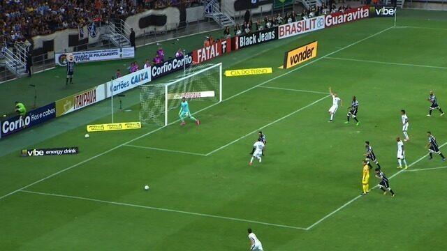 No rebote do chute de Robson, Alemão cabeceia para o gol. A bola passa perto