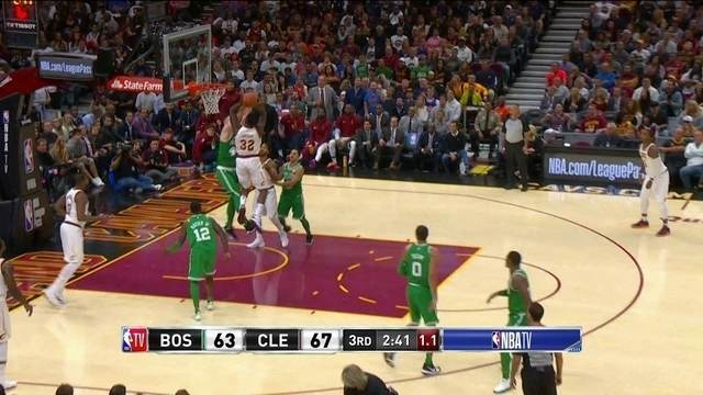 Green vai pra cima da marcação, e marca no estouro do cronômetro, 69 x 63 Cleveland