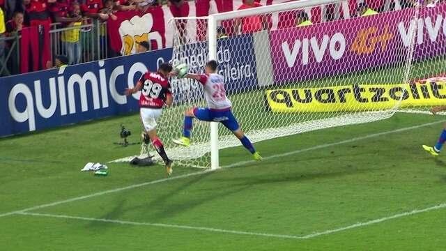 Pênalti! Everton Ribeiro toca por cobertura, e Lucas toca com a mão. aos 37' do 2º tempo