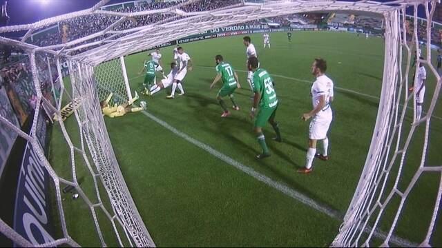Comentaristas divergem sobre gol polêmico da Chapecoense