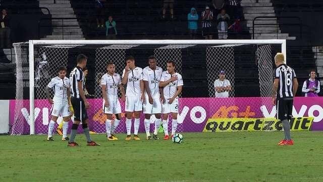 Rodrigo Lindoso cobra falta e bola passa por cima aos 19' do 2º Tempo