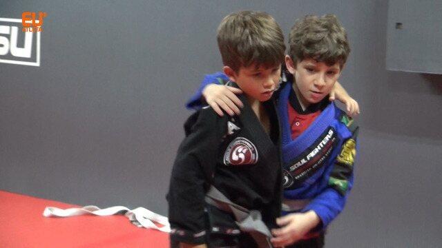 Disciplina, defesa e diversão: crianças crescem no mundo do jiu-jítsu