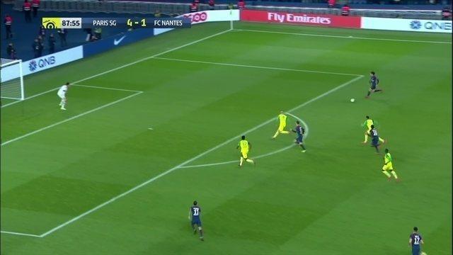 Quase o terceiro de Cavani! Uruguaio chuta e goleiro defende, aos 42' do 2º tempo