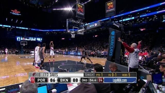3º quarto - Torcedor do Nets tenta atrapalhar lance livre de jogador do Portland