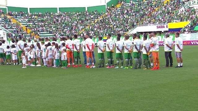 Sobreviventes do acidente da Chapecoense e time fazem homenagem as vitimas