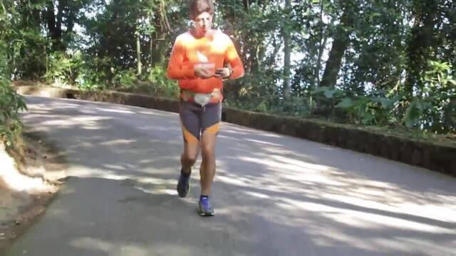 Atleta diabético ensina como medir o nível glicêmico durante o treino de corrida