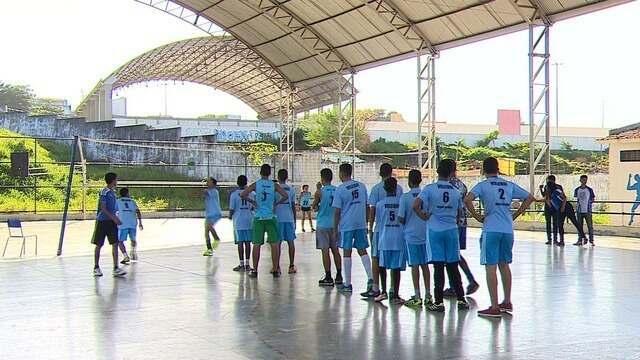 Estudante cria projeto para apoiar garotos na prática do vôlei