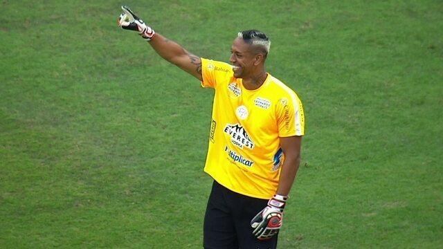 Sidão ou Higuita? Goleiro do São Paulo rouba a cena em amistoso de Ronaldinho