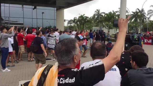 Fãs do Independiente fazem festa e cantam enquanto aguardam o time chegar ao hotel